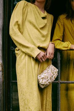 Conjunto de blusa y pantalón jacquard y sandalias metalizadas