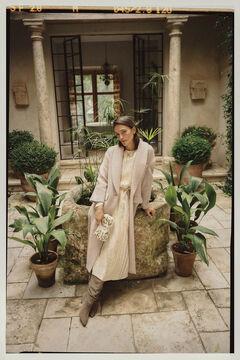Conjunto de abrigo largo, vestido midi, botas ante y bolso bordado