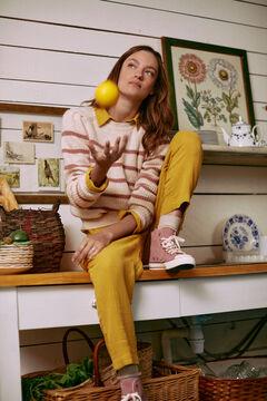 Conjunto de jersey rayas, camisa y pantalón algodón y zapatillas pana