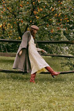 Conjunto de abrigo largo, vestido estampado and botas altas
