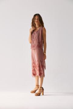 Conjunto de vestido midi fluido y sandalias metalizadas