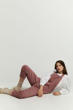Conjunto de blusa bordada, peto largo pana y zueco piel