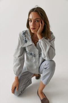 Conjunto de camisa bordada, vaquero ancho y zapatos terciopelo