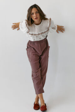 Conjunto de blusa bordada, pantalón algodón y zapatos ante