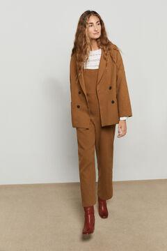 Conjunto de americana recta, blusa romántica, peto ancho y botas altas