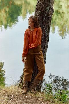 Conjunto de americana, blusa lurex, pantalón ancho y botas ante